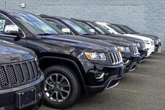 Автомобили Jeep Grand Cherokee в дилерском центре в Нью-Джерси. 24 июля 2015 года. Fiat Chrysler Automobiles (FCA) придется потратить миллиарды долларов на выкуп дефектных грузовиков в рамках соглашения с американским регулятором, однако автопроизводитель сможет возместить эти расходы при повторной продаже отремонтированных машин. REUTERS/Eduardo Munoz