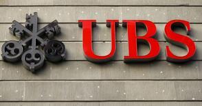 El logo del banco suizo UBS, visto en una de sus oficinas en Zúrich, 27 de julio de 2015. UBS dijo que sus reservas para hacer frente a futuras disputas legales se situaron en 2.368 millones de francos suizos (2.460 millones de dólares) en junio y reveló una investigación estadounidense sobre los fondos de capital fijo vendidos por la filial en Puerto Rico del banco suizo. REUTERS/Arnd Wiegmann