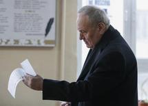 Президент Молдавии Николае Тимофти на избирательном участке во время парламентских выборов. Кишинев, 30 ноября 2014 года. Правящая в Молдавии проевропейская коалиция, вопреки ожиданиям, не стала выдвигать в премьеры политика, прославившегося разоблачениями коррупции, и избрала в качестве компромиссной фигуры 45-летнего бизнесмена. REUTERS/Gleb Garanich