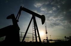 Станок-качалка на нефтяном месторождении в Венесуэле. 26 мая 2006 года. Цены на нефть Brent снизились почти до полугодового минимума за счет продолжающегося спада на фондовом рынке Китая, одного из крупнейших потребителей нефти. REUTERS/Jorge Silva