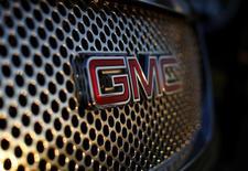 El logo de General Motors, visto en un vehículo Denali a la venta, en la concesionaria de GM, en Carlsbad, California, 4 de enero de 2012.  Chevrolet, de la automotriz estadounidense General Motors, dijo el martes que invertirá 5.000 millones de dólares para fortalecer sus negocios en mercados globales de rápido crecimiento, mediante el desarrollo de un nuevo vehículo familiar. REUTERS/Mike Blake