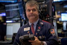 Un operador trabajando en la Bolsa de Nueva York, 27 de julio de 2015. Las acciones estadounidenses operaban con ganancias el martes tras la apertura de sesión, mientras el mercado estaba atento a la reunión de política monetaria de dos días de la Reserva Federal a la espera de señales sobre el momento de una inminente alza de las tasas de interés en el país. REUTERS/Brendan McDermid