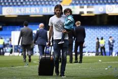 Filipe Luis carregando o filho e uma mala após comemoração do título da Liga Inglesa.  03/05/2015  Reuters / Dylan Martinez Livepic