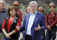 Canada's Prime Minister Stephen Harper (R) and B.C. Premier Christy Clark visit a command post near the Westside Road wildfire in Kelowna, British Columbia July 23, 2015. REUTERS/Dan Riedlhuber