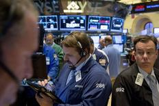 Wall Street a fini en net rebond mardi, notamment portée par des résultats meilleurs que prévu. Le Dow Jones a gagné 188,54 points, soit 1,08%, à 17.629,13 points. /Photo prise le 28 juillet 2015/REUTERS/Brendan McDermid