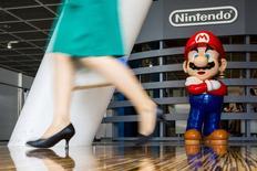 """Nintendo a annoncé avoir contre toute attente généré un bénéfice sur son premier trimestre clos fin juin, grâce à la faiblesse du yen et à des ventes solides pour ses figurines """"amiibo"""", des petits jouets connectés compatibles avec les principaux jeux vidéo du groupe. Nintendo a enregistré sur ces trois mois un résultat opérationnel de 1,1 milliard de yens (8,05 millions d'euros), alors qu'il affichait une perte d'exploitation de 9,5 milliards de yens un an plus tôt. /Photo prise le 29 juillet 2015/REUTERS/Thomas Peter"""