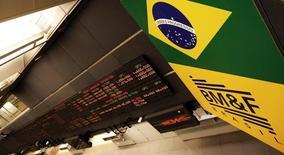 Un tablero electrónico muestra la información de las acciones, en la Bolsa de Sao Paulo, Brasil, 18 de febrero de 2011.  América Latina y el Caribe anotaría un leve crecimiento económico en 2015, ante una contracción más profunda de Brasil y un ajuste a la baja en la expansión de la mayoría de los países del bloque por un entorno global más complejo y una débil demanda interna, dijo el miércoles la CEPAL. REUTERS/Nacho Doce