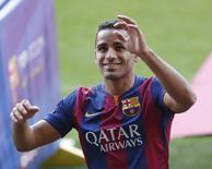 Lateral-direito Douglas, do Barcelona, acena para torcedores durante sua apresentação ao clube no Camp Nou. 29/08/2014 REUTERS/Gustau Nacarino