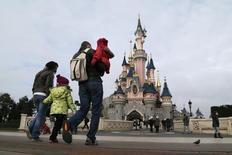 Посетители в Диснейленде в городе Марн-ля-Вале восточнее Парижа 21 января 2015 года. Регулирующие органы Евросоюза начали расследование ценовой политики парижского Диснейленда после жалоб иностранных туристов, утверждавших, что им пришлось заплатить больше, чем посетителям-французам. REUTERS/Gonzalo Fuentes