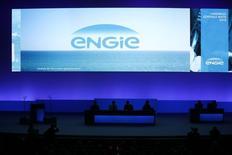 Engie (ex-GDF Suez) affiche des résultats en forte baisse au titre du premier semestre 2015, pénalisés notamment par la chute des prix du pétrole et l'arrêt de trois réacteurs nucléaires en Belgique, mais confirme ses objectifs annuels. /Photo prise le 28 avril 2015/REUTERS/Benoît Tessier