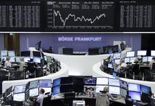Operadores en sus estaciones de trabajo en la bolsa alemana en Fráncfort, jul 29 2015. Las acciones europeas cerraron el miércoles con avances, impulsadas por sólidos resultados corporativos y la actividad de adquisiciones, como la decisión de HeidelbergCement para tomar control de su rival más pequeño Italcementi.  REUTERS/Remote/Pawel Kopczynski