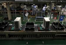 La production industrielle japonaise a progressé de 0,8% au mois de juin, amorçant ainsi un léger rebond après la baisse de 2,1% enregistrée le mois précédent. /Photo d'archives/REUTERS/Yuya Shino