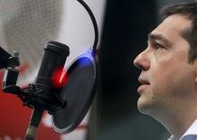 Premiê grego, Alexis Tsipras, concede entrevista em uma emissora de rádio de Atenas. 29/07/2015 REUTERS/Kostas Baltas/INTIMENEWS