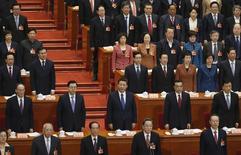 """Miembros del Politburó de China, cantan el himno nacional en una sesión del Parlamento, en Beijing, 13 de marzo de 2015. El Politburó de China ha prometido intensificar ajustes """"selectivos"""" a la política económica para promover un crecimiento estable en la segunda mayor economía del mundo, informaron el jueves medios locales. REUTERS/Kim Kyung-Hoon"""