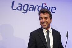 Lagardère, dirigée par Arnaud Lagardère (photo) a relevé son objectif annuel de résultat opérationnel, en hausse de près de 11% au 1er semestre grâce notamment à une progression de sa plus petite division, spécialisée dans le sport et les loisirs. Le groupe, dont les activités vont de l'édition (Hachette) aux médias (Europe 1, Paris Match) en passant par les kiosques à journaux (Relay), se fixe désormais pour objectif une progression d'environ 7% de son Resop (Résultat opérationnel courant des sociétés intégrées) contre +5% attendu auparavant. /Photo d'archives/REUTERS/Benoît Tessier