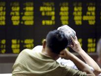 Инвесторы в брокерской конторе в Пекине. 7 июля 2015 года. Китайский фондовый рынок завершил июль сильнейшим за шесть лет падением, несмотря на усилия правительства по стабилизации котировок. REUTERS/Kim Kyung-Hoon