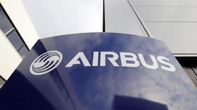 Airbus Group anunció el viernes un aumento de un 6 por ciento en su ganancia operativa estructural e ingresos del primer semestre y confirmó sus previsiones financieras para todo el año, impulsadas por los aviones de pasajeros y helicópteros. En la imagen, el logo de Airbus en la sede de Airbus en Toulouse, el 4 de diciembre de 2014.  REUTERS/ Regis Duvignau