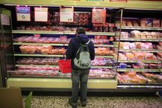 Una persona comprando en un supermercado en Munich, 10 de octubre de 2013.  Las ventas minoristas alemanas registraron su aumento más fuerte en al menos 20 años durante el primer semestre, mostraron datos el viernes, fortaleciendo las expectativas de que el consumo privado será un motor de crecimiento importante para la mayor economía de Europa este año. REUTERS/Marcelo del Pozo