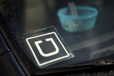 El logo de la empresa de servicio online de taxis Uber Technologies en el parabrisas de un vehículo en Venice, EEUU, jul 15 2015. La empresa de servicio online de taxis Uber Technologies terminó una reciente ronda de financiamiento que valoró a la firma en cerca de 51.000 millones de dólares, reportó Wall Street Journal citando a fuentes familiarizadas con el tema.  REUTERS/Lucy Nicholson
