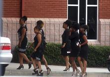 Dolientes llegan al funeral de Bobbi Kristina Brown, la hija única de Whitney Houston, en la Iglesia Metodista Unida de Saint James, en Alpharetta, EEUU, el 1 de agosto de 2015. Decenas de espectadores se reunieron el sábado cerca de una iglesia en Georgia para seguir de cerca el funeral de Brown, que falleció esta semana meses después de que fue hallada inconsciente en la tina del baño de su casa. REUTERS/Tami Chappell   - RTX1MO5B