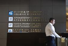 Les traders s'attendent à des pertes en série lorsque la Bourse d'Athènes rouvrira lundi après cinq semaines de fermeture. Les craintes sur l'économie du pays et sur la santé de ses banques pourraient faire perdre autour de 20% à l'indice principal de place financière grecque /Photo prise le 27 juillet 2015/REUTERS/Ronen Zvulun