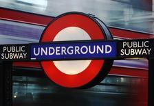 Thales a annoncé avoir remporté un contrat de 760 millions de livres sterling (1,08 milliard d'euros environ) pour la rénovation de quatre lignes du métro de Londres. /Photo prise le 29 janvier 2013/REUTERS/Luke Macgregor