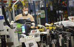 L'activité manufacturière a progressé davantage qu'initialement prévu en juillet dans la zone euro, ralentissant à peine par rapport à son plus haut de 14 mois du mois précédent malgré les inquiétudes concernant la situation de la Grèce. Les Pays-Bas et l'Espagne ont affiché une croissance solide, de même que l'Italie, qui a enregistré sa plus forte croissance en plus de quatre ans. /Photo prise le 22 mai 2014/REUTERS/Giorgio Perottino