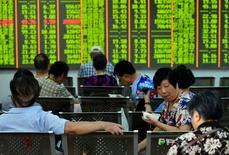 Инвесторы в брокерской конторе в Ханчжоу. 3 августа 2015 года. Азиатские фондовые рынки снизились в понедельник за счет сокращения производственной активности в Китае. REUTERS/China Daily