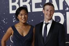 El presidente de Facebook, Mark Zuckerberg, junto a su esposa, Priscilla Chan, durante un evento en California,  9 de noviembre de 2014. El presidente ejecutivo de Facebook Inc, Mark Zuckerberg, informó el viernes en su página de la red social que su esposa, Priscilla Chan, está esperando una niña, con lo que dejaría atrás la frustración de tres pérdidas en embarazos anteriores. REUTERS/Stephen Lam