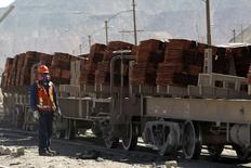 Un operador monitorea un tren donde cátodos de cobre son cargados para ser llevados a un puerto, en la mina Chuquicamata de Codelco, en Calama, Chile, 28 de julio de 2015. El gremio de empresas contratistas y los trabajadores tercerizados de Codelco, que han paralizados sus faenas afectando las operaciones de la minera estatal chilena, se reunirían el martes en un intento por alcanzar un diálogo para desactivar las medidas de fuerza. REUTERS/Ivan Alvarado
