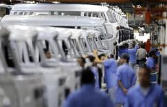 Empleados trabajan en la línea de ensamblaje de Volkswagen, en una planta de la compañía en Sao Bernardo do Campo, 9 de diciembre de 2013. La actividad manufacturera de Brasil se contrajo en julio por sexto mes consecutivo aunque a un ritmo levemente menor que en junio, mostró el lunes un sondeo privado, ya que una caída en los pedidos y la producción llevaron a nuevos recortes de empleos mientras la economía se encamina a una recesión. REUTERS/Paulo Whitaker