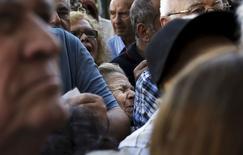 Pensionistas griegos esperando fuera de una sucursal bancaria para cobrar sus pensiones, en Atenas, Grecia, 1 de julio de 2015. Grecia y sus acreedores internacionales alcanzaron un acuerdo sobre el tema clave de las pensiones en las negociaciones de un tercer rescate, dijeron el lunes funcionarios del Ministerio de Trabajo heleno. REUTERS/Alkis Konstantinidis/Files