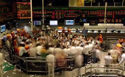 Operadores trabajando en la rueda de operaciones de la Bolsa de Valores de Sao Paulo, oct 8 2008. El real brasileño caía el lunes y se dirigía hacia el nivel de las 3,45 unidades por dólar, después de que el Banco Central señaló que no aumentará sus intervenciones en el mercado pese a que la moneda se hundió a mínimos de 12 años, lo que cada vez presiona más a una ya alta inflación. REUTERS/Paulo Whitaker