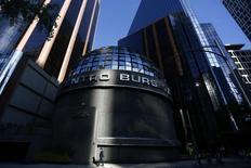 Imagen de archivo del centro bursátil de Ciudad de México, ene 28 2015. JP Morgan & Co actualizó su metodología para los índices de mercados emergentes, una decisión que aumentará la ponderación de activos de China, Brasil y Rusia en sus referentes diversificados amplios para mercados emergentes, dijo el lunes el banco.  REUTERS/Edgard Garrido