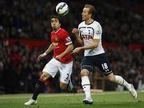 Rafael da Silva (esquerda), do Manchester United, em disputa de bola com Harry Kane, do Tottenham Hotspur, em março. 15/03/2015 REUTERS/Action Images/Craig Brough