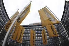 L'équipementier automobile et fabricant de pneus allemand Continental a revu mardi en hausse sa prévision annuelle de marge après un solide deuxième trimestre sur fond de renforcement du marché automobile européen. /photo d'archives/REUTERS/Kai Pfaffenbach