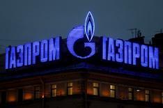 Логотип Газпрома на крыше дома в Санкт-Петербурге 14 ноября 2013 года. REUTERS/Alexander Demianchuk