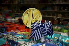 Bandeiras da Grécia são colocadas em loja de 1 euro no centro de Atenas, enquanto o país negocia pagamento de dividas com credores internacionais. 26/07/2015. REUTERS/Yiannis Kourtoglou
