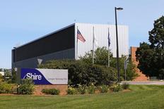 Le groupe pharmaceutique Shire a annoncé mardi proposer de racheter le laboratoire américain Baxalta pour 30 milliards de dollars (27,3 milliards d'euros) avec l'objectif de créer un spécialiste mondial des traitements de maladies rares. /Photo d'archives/REUTERS/Brian Snyder