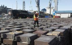 Un trabajador revisa un cargamento de cobre de exportación en el puerto de Valparaíso, Chile, 25 de enero de 2015. La minera estatal chilena Codelco no ha ofrecido cobre refinado a China en el mercado al contado por dos semanas debido a una huelga y los envíos a plazo podrían verse afectados si la paralización continúa, dijeron fuentes, aunque el impacto puede ser reducido en un momento de baja demanda. REUTERS/Rodrigo Garrido