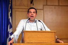 El primer ministro griego, Alexis Tsipras, da un discurso en el ministerio de agricultura, en Atenas, Grecia, 5 de agosto de 2015. El primer ministro griego, Alexis Tsipras, dijo el miércoles que Grecia está cerca de cerrar un acuerdo con los acreedores para un rescate de miles de millones de euros, que dijo pondría fin a las dudas sobre la permanencia del país en la zona euro. REUTERS/Yiannis Kourtoglou