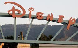 Imagen de archivo de la entrada a The Walt Disney Co. en Burbank, EEUU, mayo 7 2012. Los temores de los inversores a que la audiencia abandone la televisión por cable y opte por Internet causaron un hundimiento de las acciones del sector el miércoles, después de que Walt Disney Co reportó un descenso de suscriptores en su canal deportivo ESPN y sus rivales presentaron un diverso panorama de resultados. REUTERS/Fred Prouser