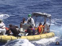 Barco de resgate com imigrantes, na costa da Líbia.   06/08/2015    REUTERS/Italian Navy/Handout via Reuters