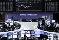 Operadores trabajando en la Bolsa de Fráncfort, Alemania, 6 de agosto de 2015. Las acciones europeas cerraron el jueves a la baja, golpeadas por algunos resultados corporativos débiles y por el persistente descenso de los precios del petróleo, que arrastró al sector energético. REUTERS/Staff/remote