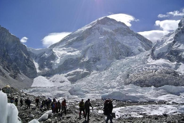Climbers walk towards their helicopter (not seen) after their Mount Everest expeditions were cancelled in Solukhumbu district April 27, 2014.  REUTERS/Phurba Tenjing Sherpa