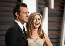 Atriz Jennifer Aniston e seu noivo, Justin Theroux, chegam a um evento da revista Vanity Fair sobre o Oscar, em Beverly Hills, nos Estados Unidos, em fevereiro. 22/02/2015 REUTERS/Danny Moloshok