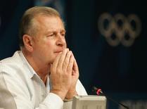 O então porta-voz de disciplina do COI François Carrard durante entrevista coletiva em Atenas, na Grécia. 16/08/2004 REUTERS