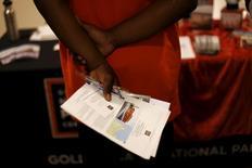 Una mujer que busca trabajo sostiene unos papeles mientras espera para hablar con un representante del Parque Nacional Golden Gate, en una feria de empleos en San Francisco, California, 14 de julio de 2015. Datos que serán reportados el viernes probablemente revelarán que el número de empleos en Estados Unidos se elevó a un ritmo saludable en julio, lo que sumado a un rebote en los salarios ofrecería señales de un fortalecimiento en la economía que podría permitir a la Reserva Federal elevar las tasas de interés en septiembre. REUTERS/Robert Galbraith