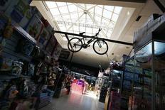 Una bicicleta colgando adentro de una tienda en un mall en Santiago, 6 de noviembre de 2014. La inflación en Chile fue de un 0,4 por ciento en julio, una variación en línea con lo esperado, empujada por alzas en alimentos y combustibles pese a una débil demanda interna, según datos difundidos el viernes por una agencia gubernamental. REUTERS/Ivan Alvarado