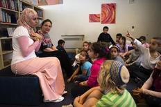 Una escuela mixta judía y árabe de Jerusalén se quedará a la policía sobre un comentario amenazante publicado en la aplicación de navegación de Google <GOOGL.O>, en medio de un incremento en los delitos de odio cometidos por israelíes extremistas de ultraderecha. En la imagen, dos profesoras de primer grado hablan con sus alumnos en la escuela en Jerusalén, el 3 de diciembre de 2014. REUTERS/Ronen Zvulun